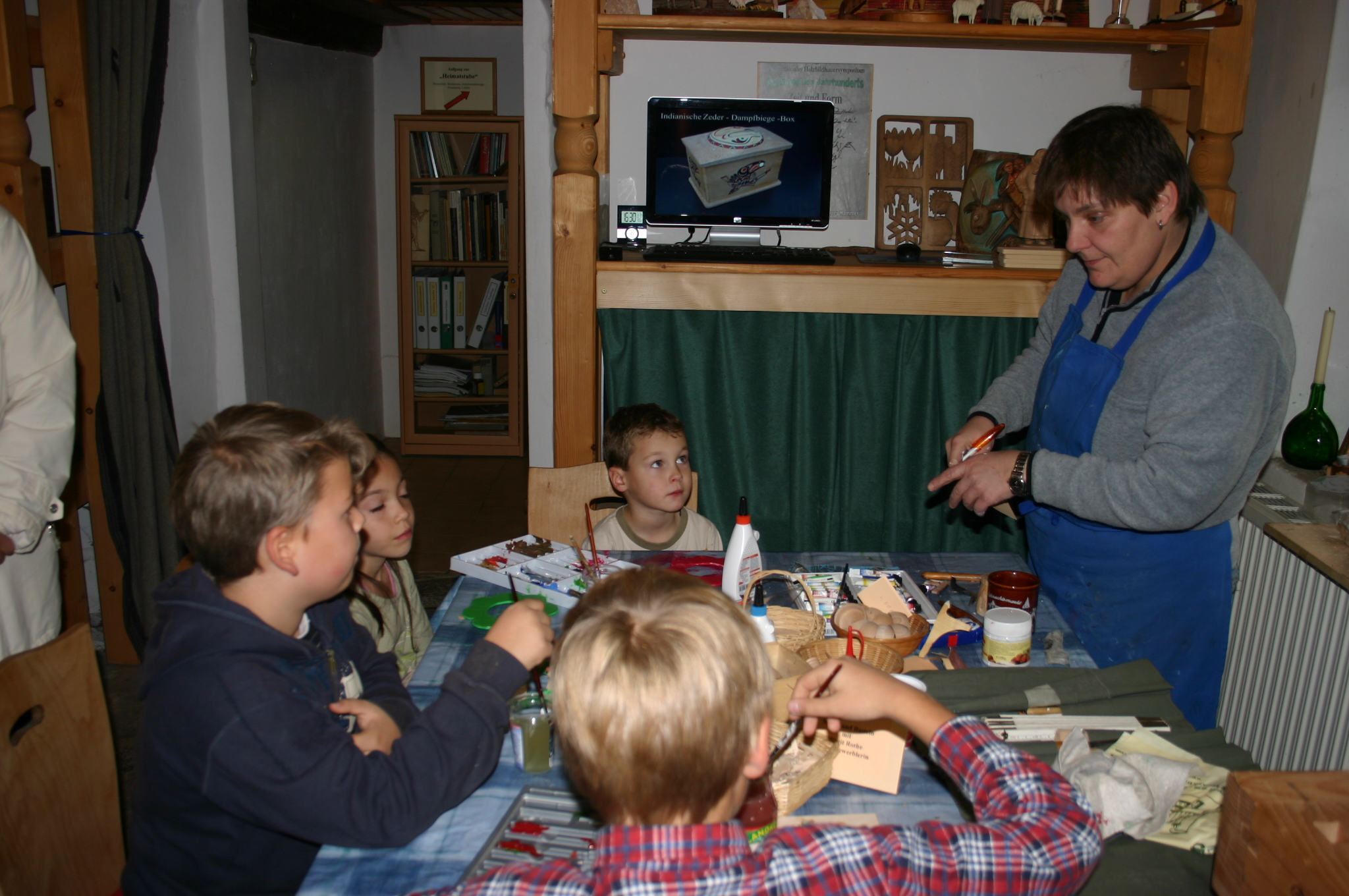 Kunstgewerblerin Birgit Rothe bastelt mit den jüngsten Besuchern.