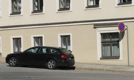 Der Wagen der OB vor dem Rathaus.
